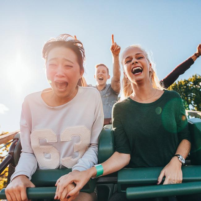 Kaksi naista huvipuistolaitteessa